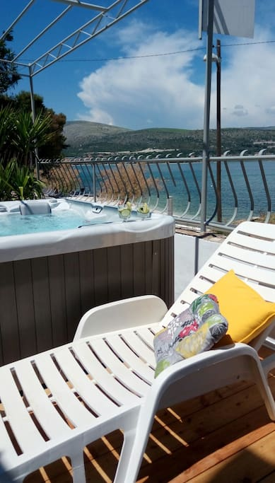 private hot tub  ( only per guests of this ground floor  apartment)  with great sea view. just 20 m from pebbly beach