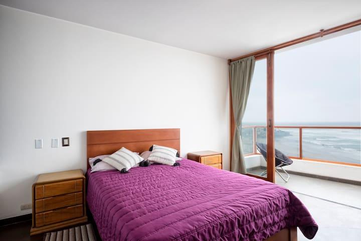 Cuarto principal con vista al mar y cama queen size