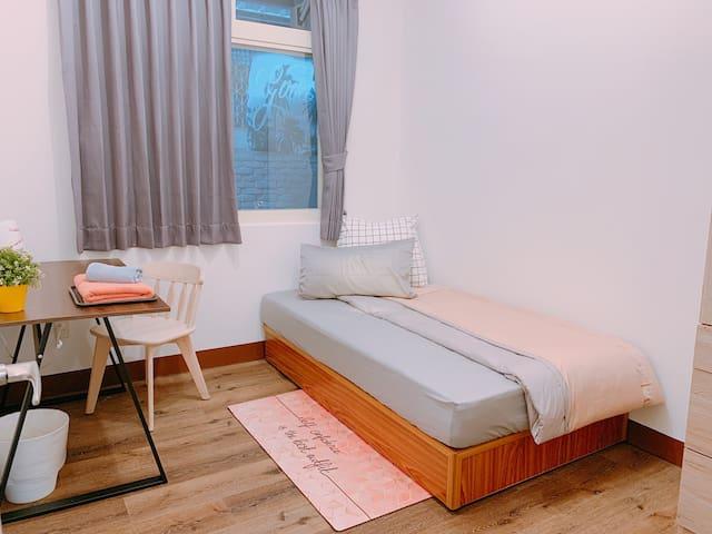 Single room (A room) overview. 單人房 (A房) 一覽 加大單人床  可睡1人 可增加1地墊床(共1+1人)