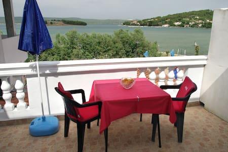 studio apartman (2+2)sa balkonom prema moru - Mrljane - Apartment