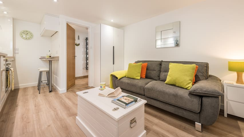 The Burrow, fabulous studio apartment in central St Ives location. Free WiFi