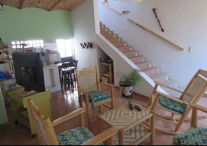 La sala - cocina y su escalera.