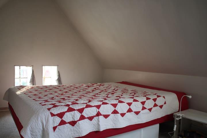 Queensize double bed in guestroom