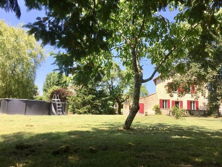 Maison de 2 chambres, piscine privée et barbecue.