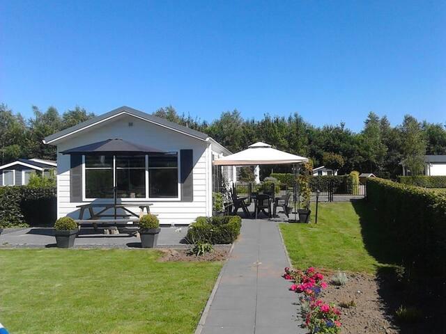 Te huur royaal chalet in Drenthe op vakantie park. - Havelte - Chalet
