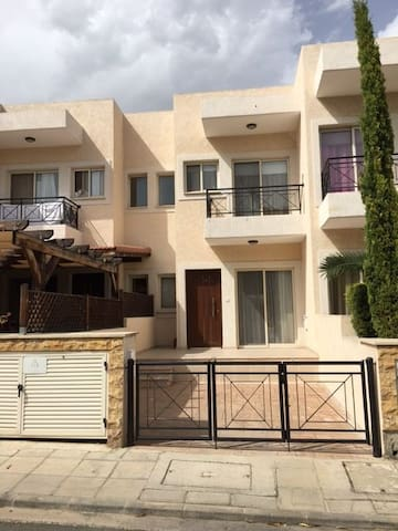 Townhouse close to the sea - Limassol - Hus