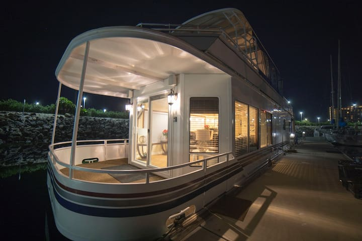 Gorgeous 55-ft Houseboat in San Diego Bay