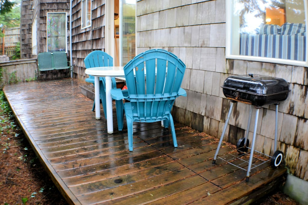 Outside back deck with table, 4 chairs, and BBQ