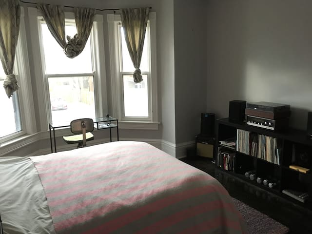 Large & Bright Space at Bloor/Ossington - Toronto - Huis