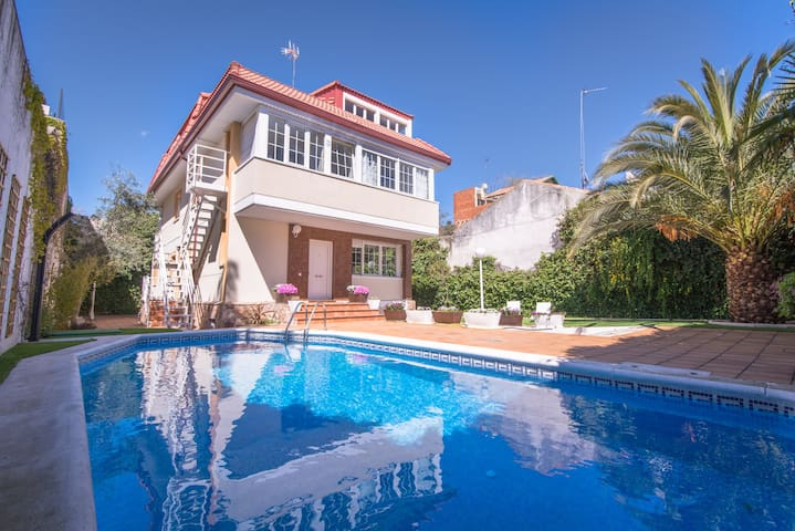 Luxury Villa  18 people - pool, WiFi, BBQ, parking