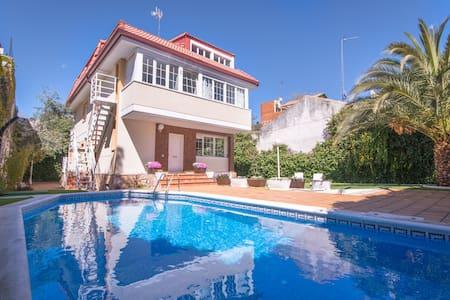Luxury Villa  18 people - pool, WiFi, BBQ, parking - マドリード - 別荘