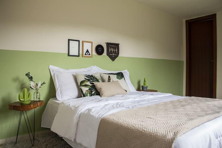 """O quarto """"Refúgio"""" tem vista para o vale e muita personalidade na decoração."""
