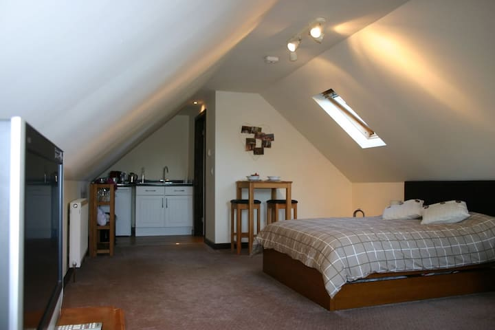 Stylish roof space room in the New Forest - Ringwood - Bed & Breakfast