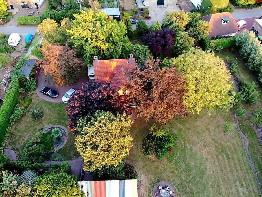Foto vanuit de lucht van het huis en gedeelte van de tuin.