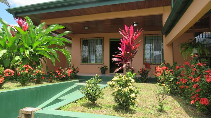 Ixora House: WiFi, TV, Hot Water, Parking lot.