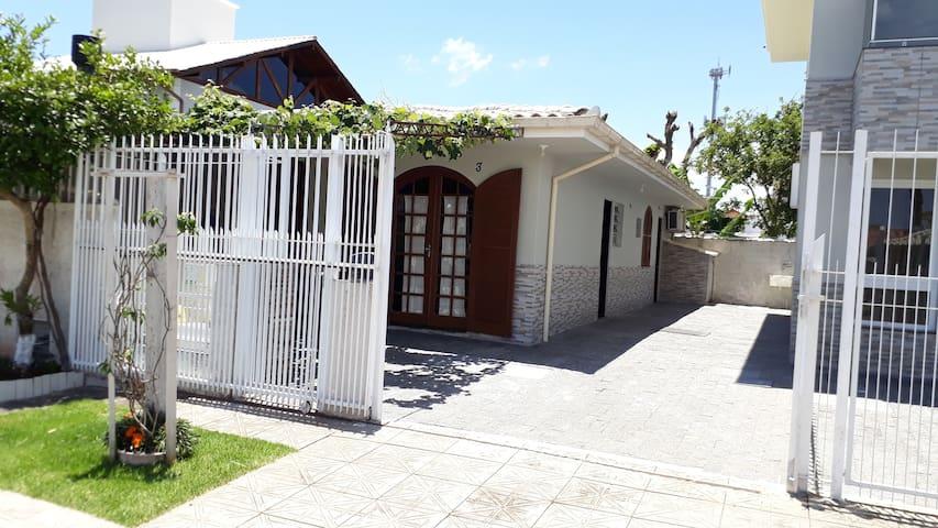 Casa a 250m Praia Daniela c/ar cond(Suite+02 qtos)