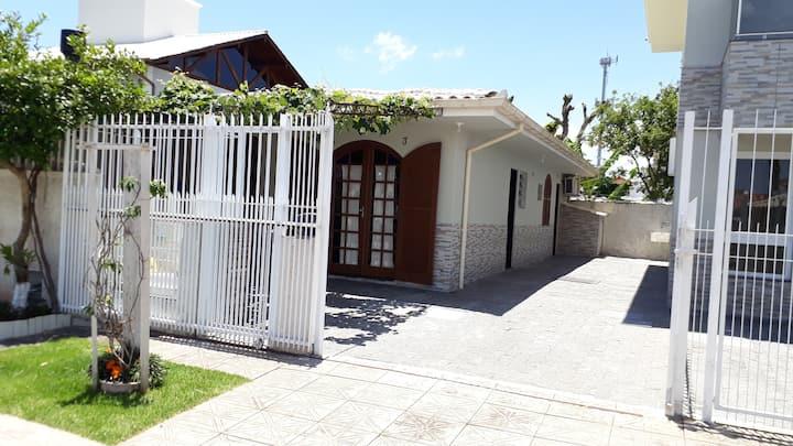 Casa a 280m Praia Daniela c/ar cond(Suite+02 qtos)