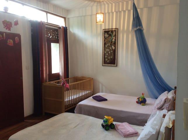 Chambre d'enfants avec 3 lits et un lit de bébé (petit cabinet de toilette)