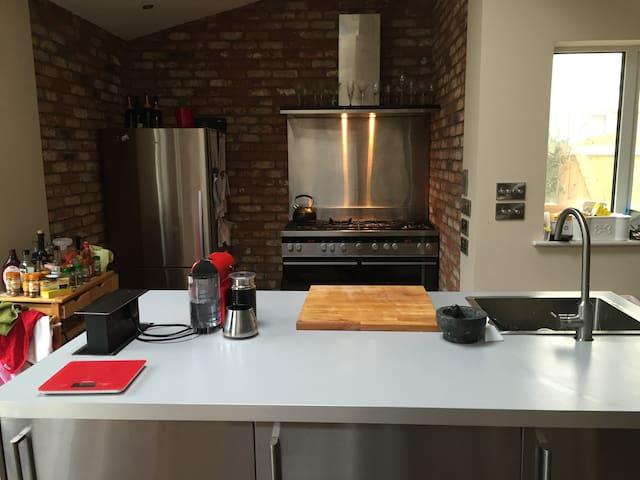 4 Br Malahide-Convenient & Modern - Malahide - Rumah