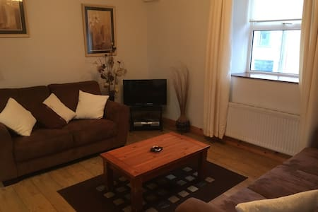 Centrally located, spacious apartment, sleeps 6 - Glenties