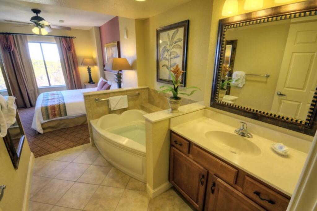 master bedroom, jacuzzi tub