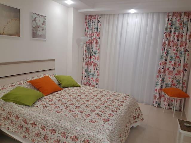 Спальня с TV,кондиционером ,большим шкафом и прекрасным видом из окна