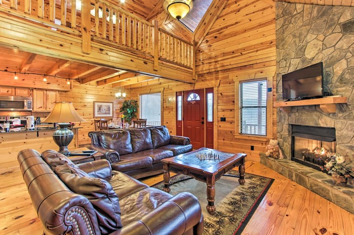 Cabin w/Resort Pool Bordering Smoky Mtn Nat'l Park