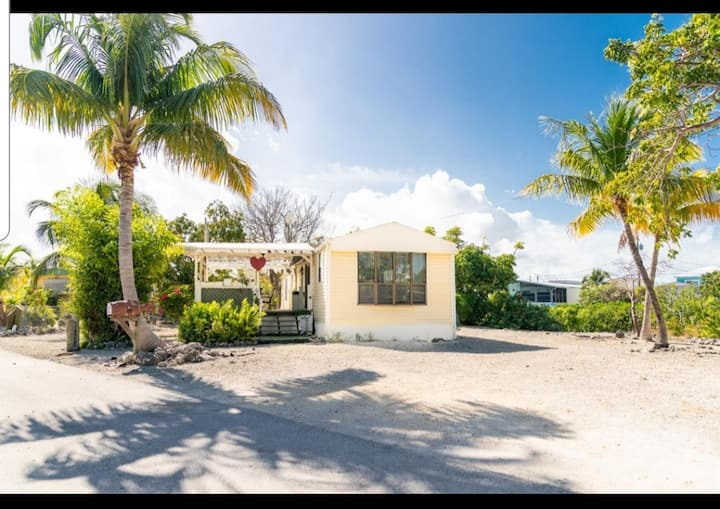Cozy, private bungalow in Tavernier on canal