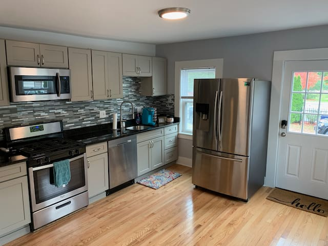 Large & Shiny Condo Close to Downtown and Schools!