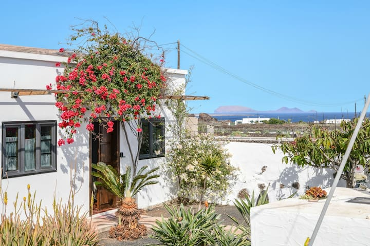 """Holiday Home """"Casa Abuelo Rafa"""" with Sea View, Mountain View, Wi-Fi, Garden & Terrace; Parking Available"""