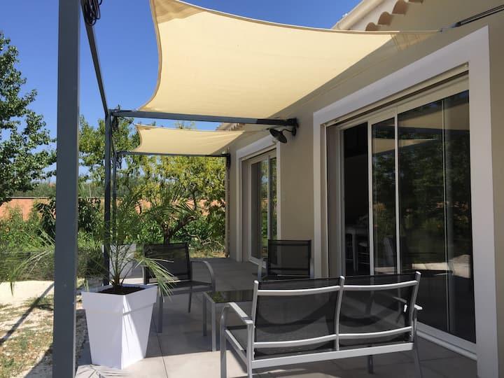 Dépendance dans grand jardin avec piscine Provence