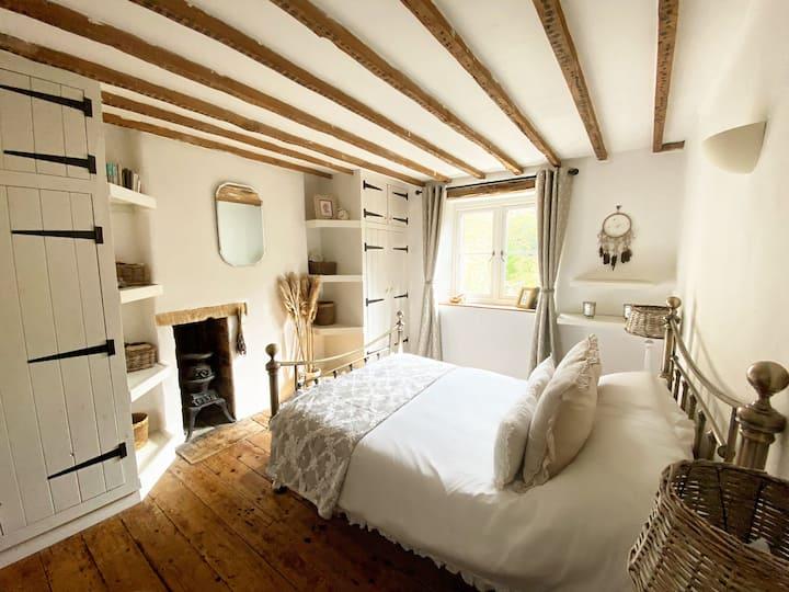 Quaint Cotswold Cottage, Sleeps 4-6