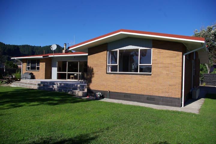 Brian & Sue's comfortable home - Whakatane - Huis