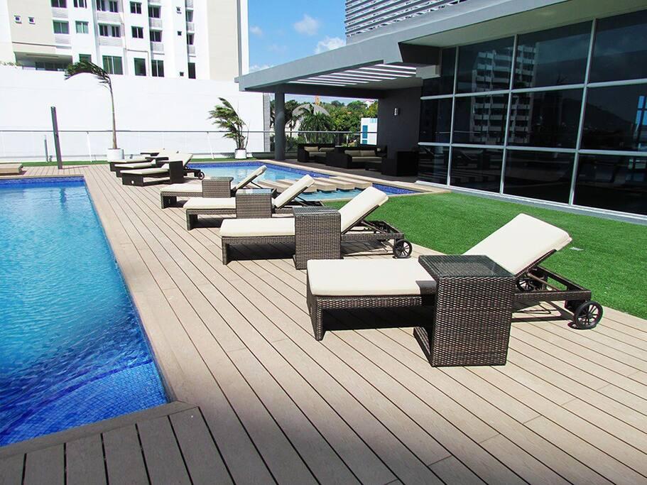 Relajante piscina con solarium