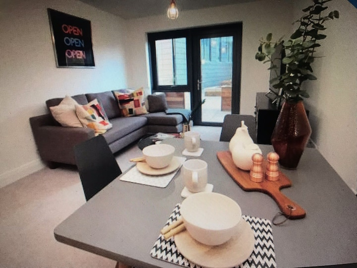 Modern 2 Bed Apt. Furnished & in City Centre