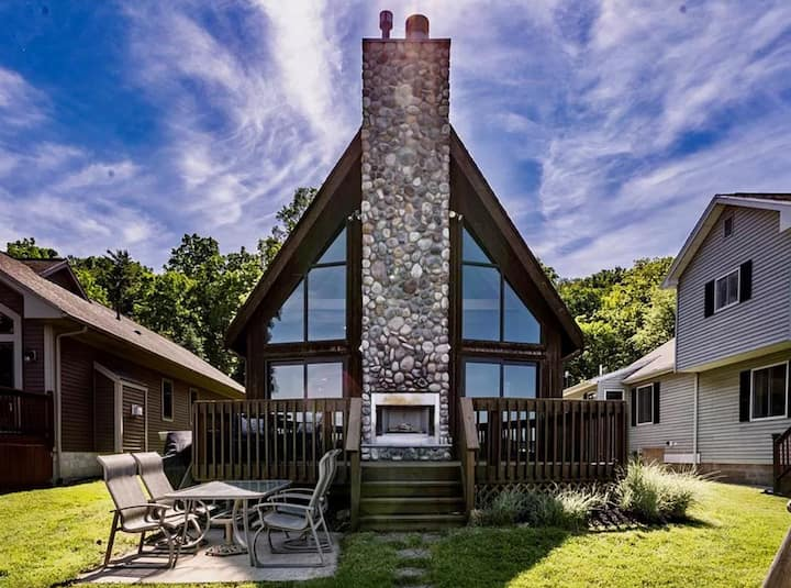 Stunning A-Frame lakehouse w/ all modern comforts!