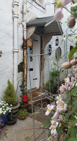 WONDERLAND COTTAGE Delightful 1760s quirky cottage