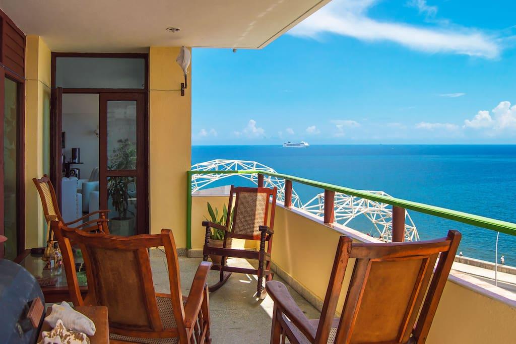 Espacioso balcón con una maravillosa vista