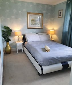 Cheap, chic and cheerful room 8mins to city center