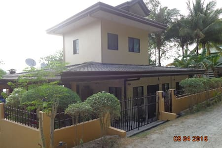 B-Beautiful Beachfront Apartment, Picturesque View - Island Garden City of Samal - Hus