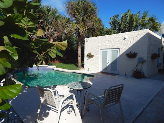 Sunny Poolside Cottage - West Palm Beach - Huoneisto