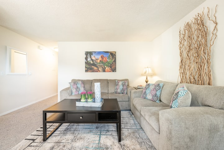"""""""Beauty in the Springs""""Entire Condo Great Location"""