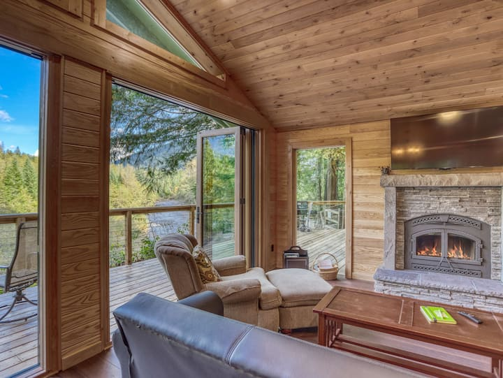 Panoramic river views at the romantic River View Cabin, fireplace, hot tub