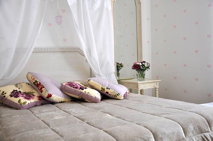 B&B AiCarraresi: camera matrimoniale Cuori
