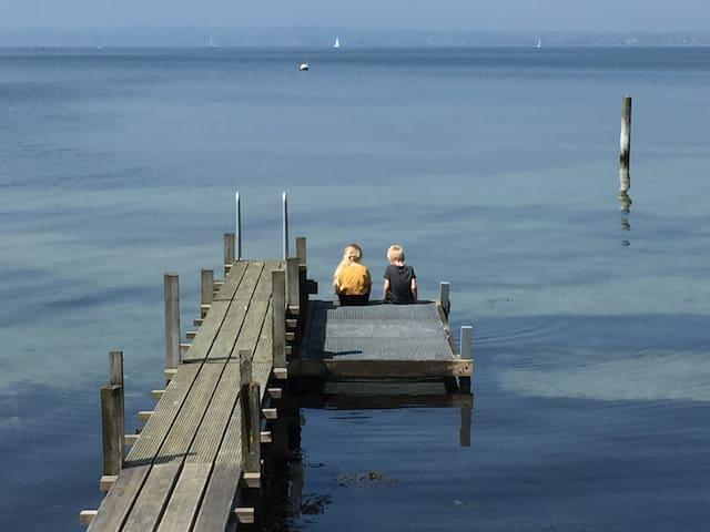 Sommerhus lige ved vandet i rolige omgivelser