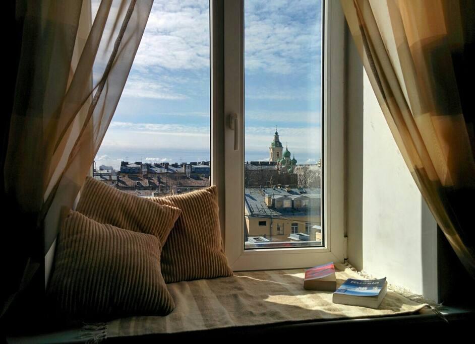 Вид из окна гостиной комнаты и спальни