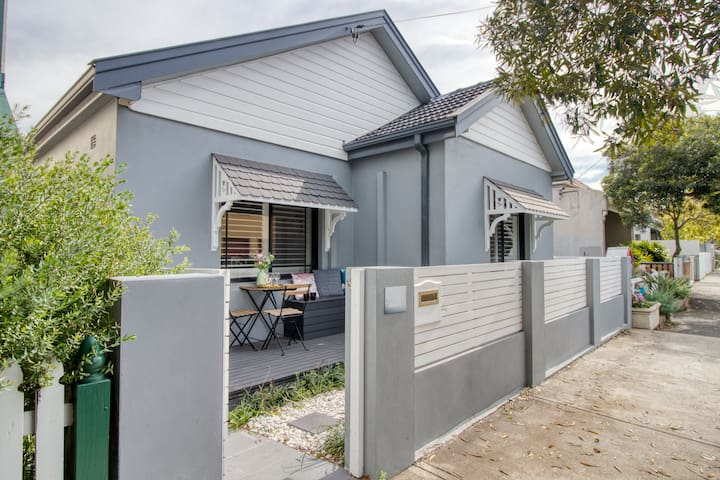 Freestanding House in Great Location free Parking