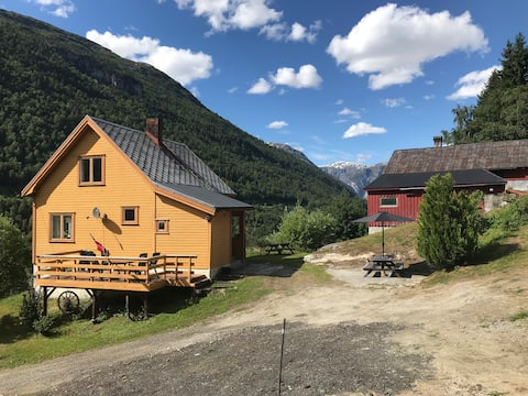 Hus i naturskjønne Romsdalen