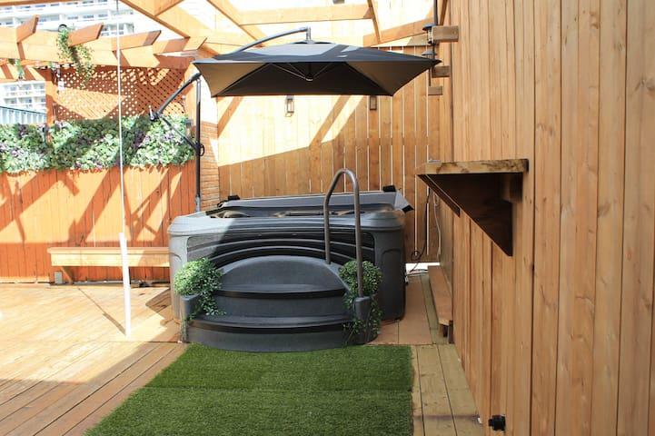 St Denis Roof-Top Terrace &  Hot Tub | Sleeps 10+