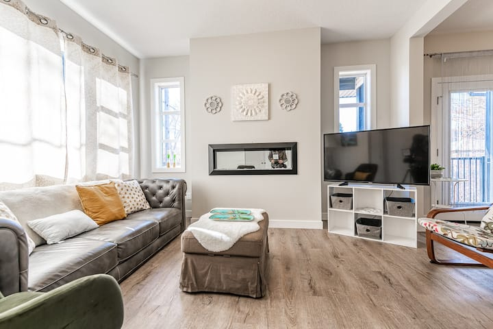 Stylish Westmount Townhouse End Unit **Sleeps 6**